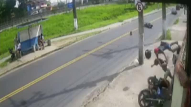 Motociclista e garupa voam após fechada e colisão em poste no litoral de SP