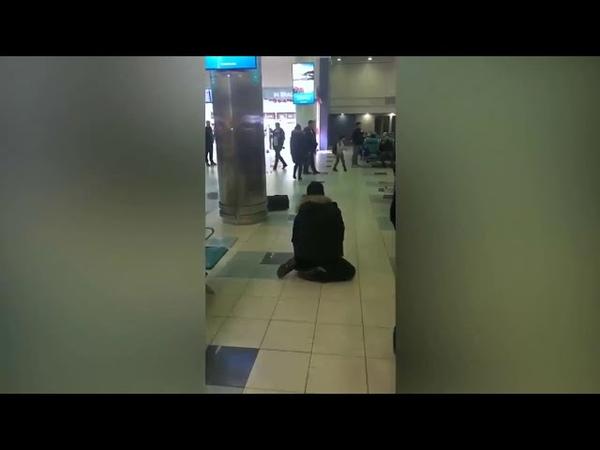Пьяный мужчина в аэропорту пугал людей, бросая сумку с криками Бомба и устроил драку с полицейским