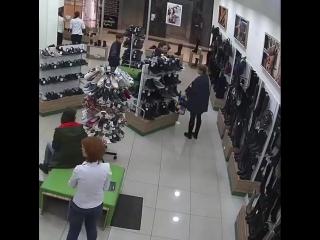 Сити Молл Новокузнецк 06.10.2018 время 18.37, Тетя с блестками блестяще сперла сумку!
