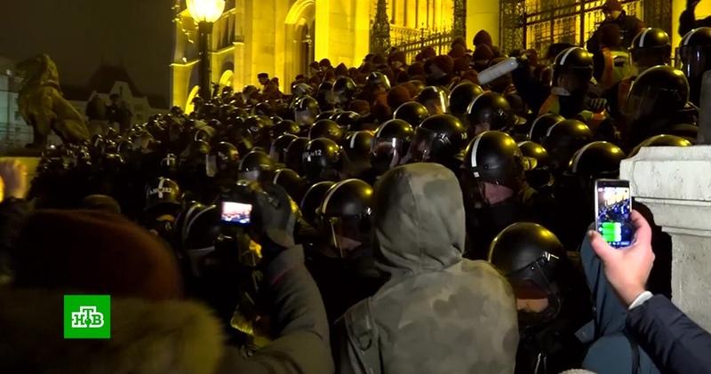 В Будапеште акции протеста переросли в столкновения с полицией
