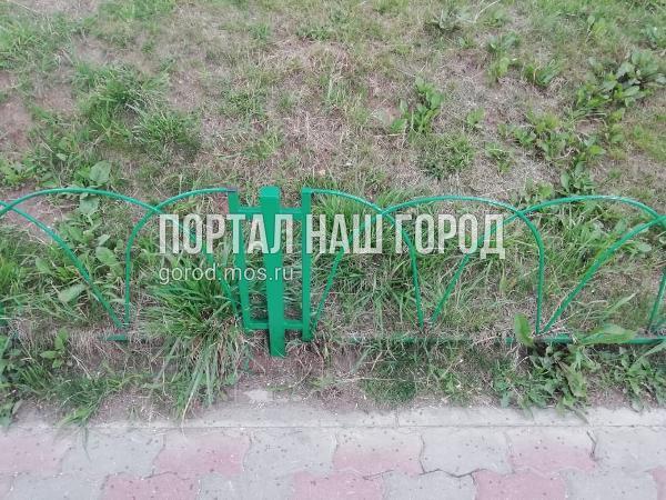 Коммунальщики починили ограждение возле дома на улице Ухтомского Ополчения