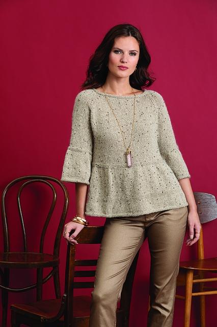 Вязаный спицами пуловер с расклешенными рукавами