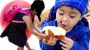 Gia Linh nhường đồ ăn bánh mì và đồ chơi bóng bay cho bác giúp việc