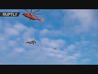 Ми-26 перевозит Су-27 над Петербургом