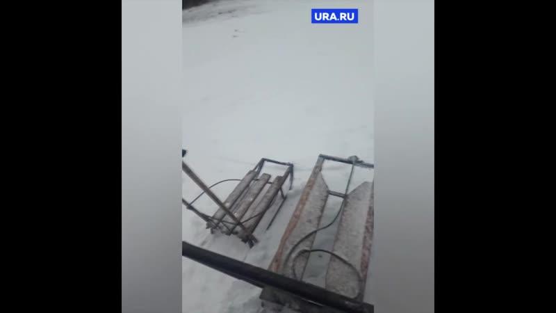 Жители поселка на санках возят еду по тонкому льду
