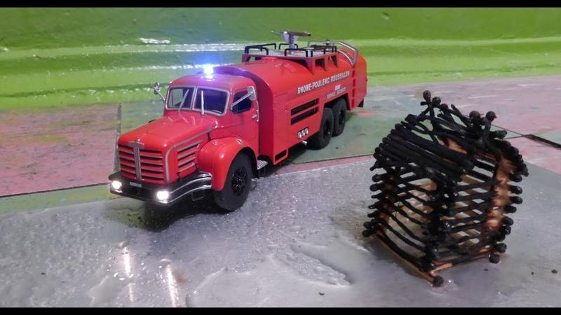 Модель пожарной машины тушит пожар