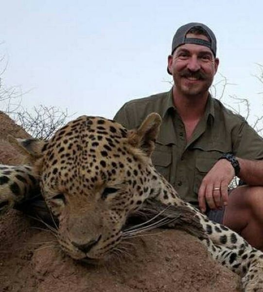 блейк фишер из комиссии по рыбной ловле и сафари в штате айдахо похвастался в интернете фото с убитыми им животными: семейством бабуинов, жирафом и леопардом. так чиновник развлекался во время