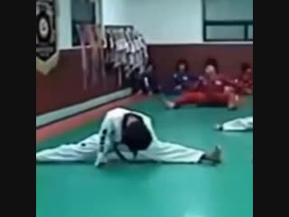A perfect split from lil baby KooKoo omg the golden talent in his DNA - - Jungkook @BTS_twt - -