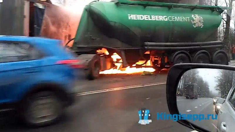 СТРАШНОЕ ДТП с пожаром под Кингисеппом столкнулись два грузовика, слышны взрывы. KINGISEPP