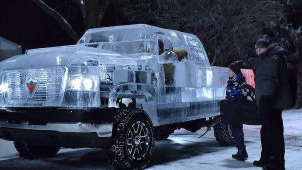 Грузовик изо льда, на котором действительно можно прокатиться Позвольте показать Вам первую в мире самодвижущуюся скульптуру изо льда грузовик, который на самом деле едет! На его сооружение у