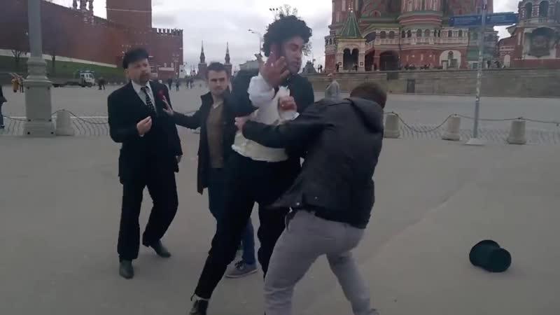 На Красной площади Пушкин подрался с Лениным