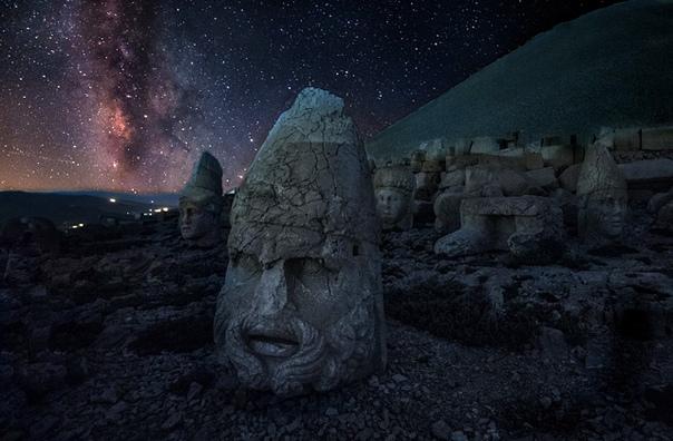 В Юго-Восточной Турции на склонах горы Немрут, на высоте больше 2000 метров над уровнем моря, раскинулись руины древнего Коммагенского царства