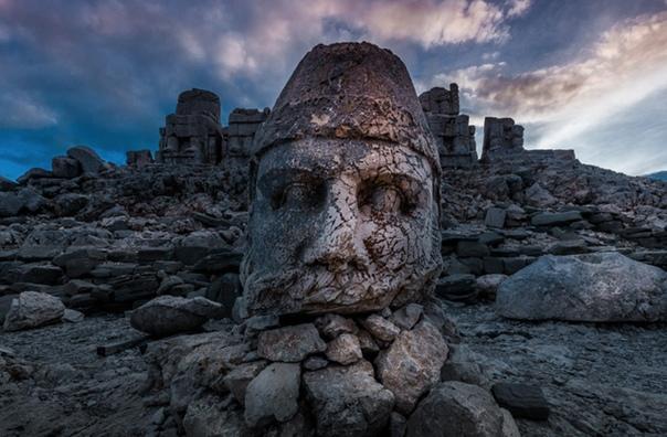 В Юго-Восточной Турции на склонах горы Немрут, на высоте больше 2000 метров над уровнем моря, раскинулись руины древнего Коммагенского царства Около 62 года до н. э. тогдашний правитель Антиох