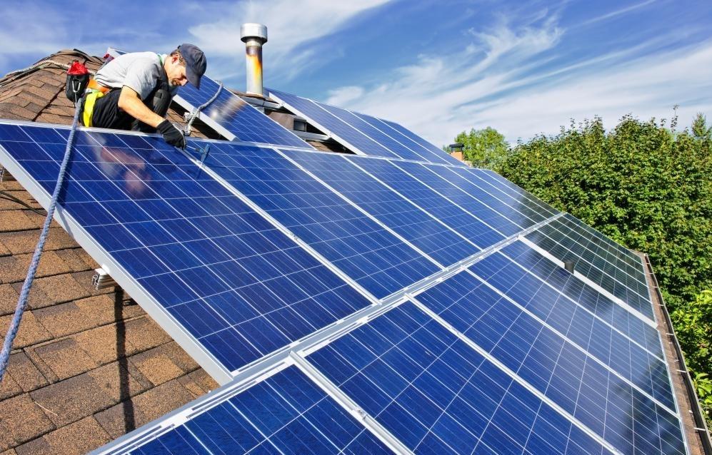 Солнечные панели, которые захватывают солнечные лучи, могут использоваться для включения солнечной энергии в конструкцию здания.