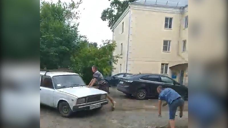 Челябинец сбил двух бухих парней
