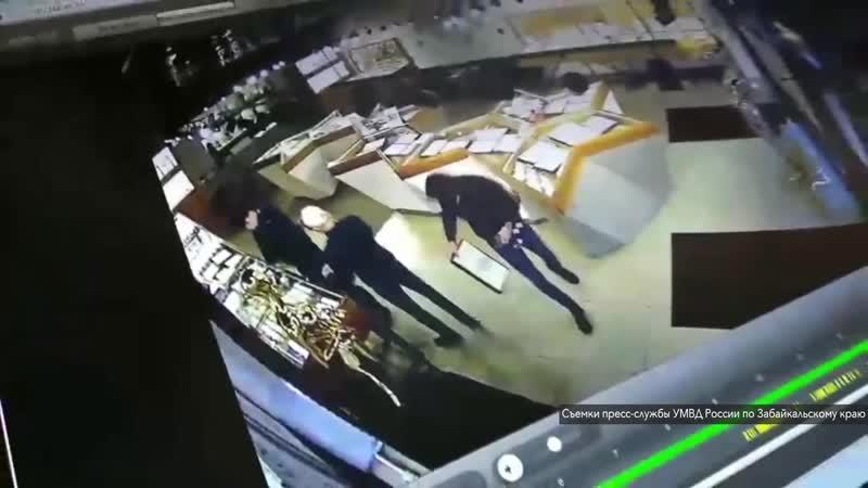 Грабители в медицинских масках обчистили ювелирный салон в Чите
