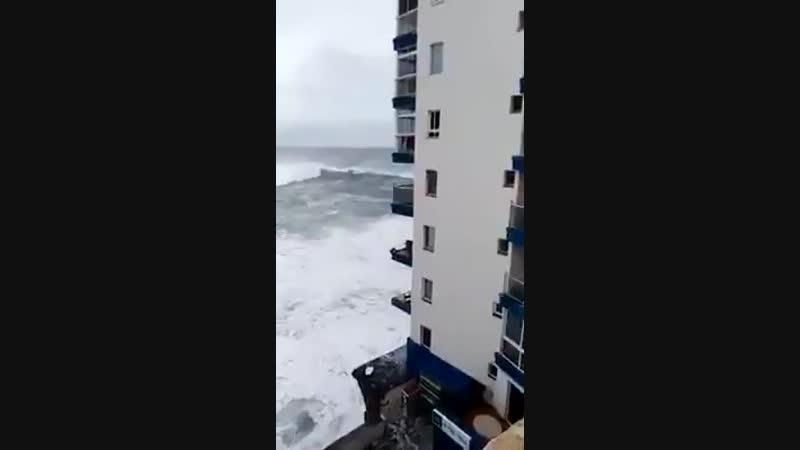 Огромные волны на пляже Playa de la Cruz, Тенерифе, Канарские острова (18 ноября 2018 года)