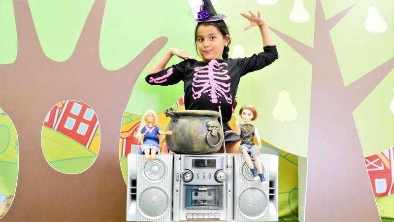 Cadı Emily para kazanmak için dans ediyor. Kız oyunu