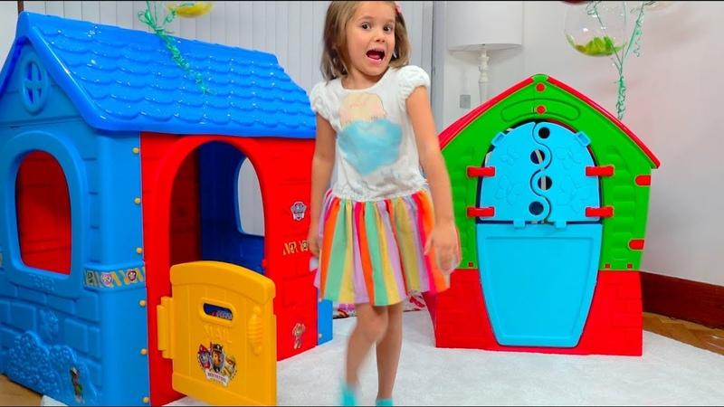 Катя и Макс играют с игровыми домиками для детей / Kids pretend to play with Playhouses