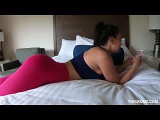 Парень трахнул спортивную девушку в номере отеля, sport fit young girl busty bubble ass big tit sex porn oil cum (hot&horny)