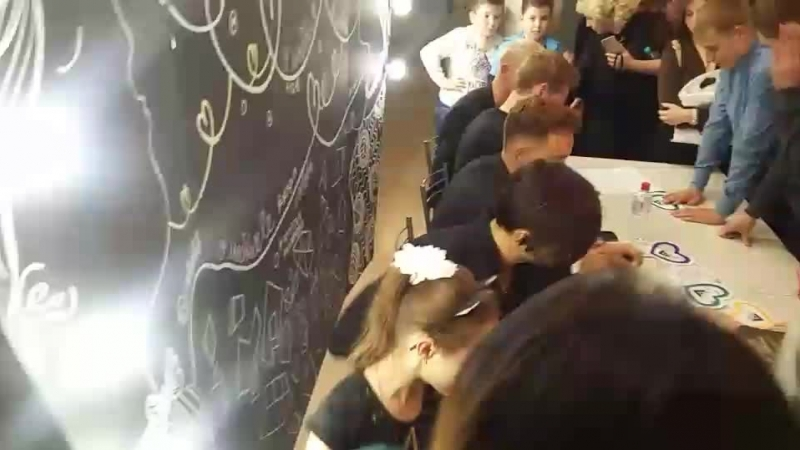 А у нас автограф-сессия с суперзажигательной группой Пятеро☺