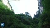 В Китае стеклянный мост проверили на прочность и попытались разбить кувалдами