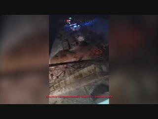 Под рухнувшим мостом в ХМАО оказались 8 человек и спецтехника