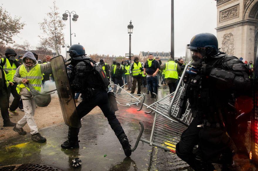 Во Франции продолжаются столкновения протестующих с полицией