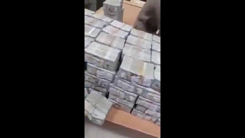 Гора денег была найдена в доме свергнутого диктатора Омара эль Башира в Судане