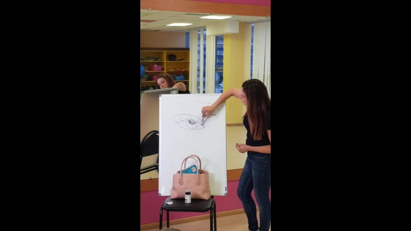 Урок визажа. Спасибо нашей Олечке Набиулиной! Теперь все ученицы умеют рисовать очень красивые стрелочки.