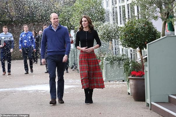 Кейт Миддлтон и принц Уильям вышли в свет на волне слухов о проблемах с Меган Маркл и принцем Гарри Вчера 36-летняя Кейт Миддлтон и 36-летний принц Уильям провели свою первую официальную встречу