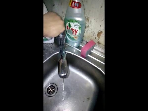 Вода тонкой струйкой