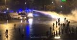 «Желтые жилеты» в Париже жгут машины и забрасывают полицию камнями