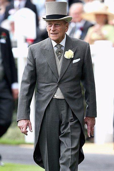 """Муж королевы Елизаветы принц Филипп по праву носит звание """"Принца оплошностей"""". 94летний весельчак все время попадает в нелепые, а порой и скандальные ситуации."""