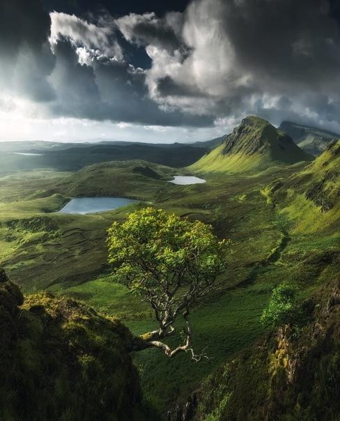 Первые лучи солнца освещают Шотландское нагорье на острове Скай