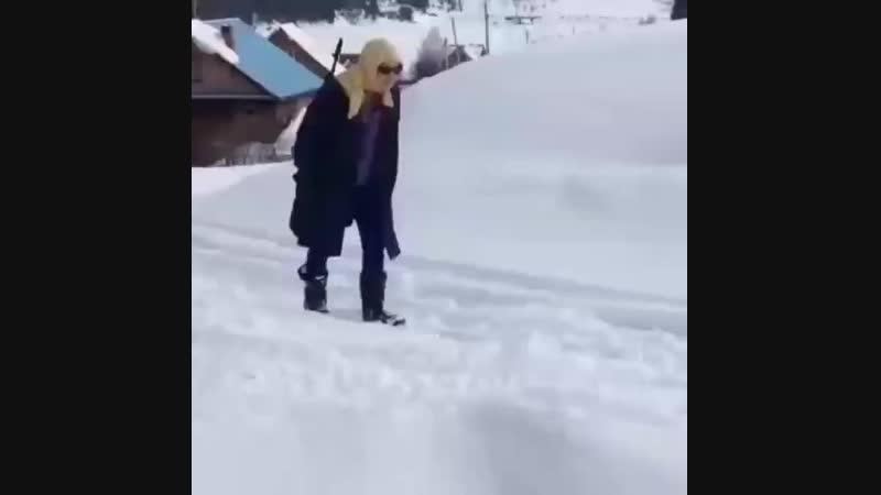 Бабка на снегоходе с АК47 поехала к подруге забирать долг 500р Эту страну не победить