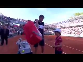 Сын теннисиста утешает отца после поражения