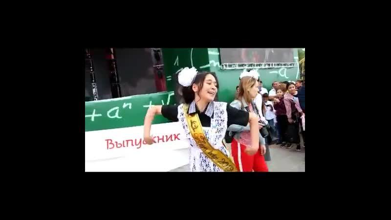 Танец Казахстанской выпускницы стал хитом сети