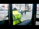 Goldstück rosa Brille vertreibt sich Zeit u legt Straßenbahn lahm/Polizei steht daneben u guckt