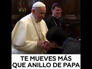 """RT en Español en Instagram- """"¿Besamanos o 'besa-aire'_ El papa Francisco dejó cl.mp4"""