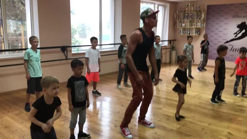 Первые занятия Группа мальчиков .Руководитель Максим Николаевич