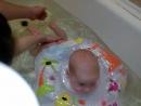 первое купание в большой ванной с кругом
