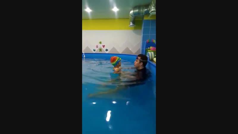 Занятие с тренером в детском бассейне