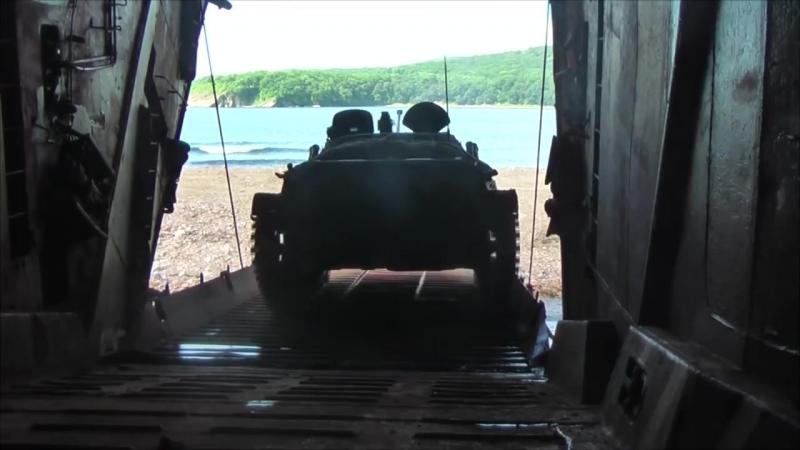 Погрузка техники морской пехоты ТОФ на большие десантные корабли в рамках маневров Восток-2018.