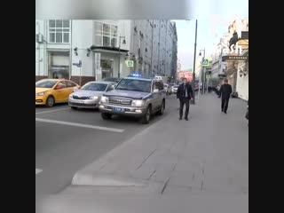 В москве автомобиль полиции с сигналками подвез неизвестную даму к магазину гуччи