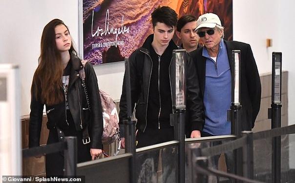 Майкл Дуглас с детьми Лили АлленДжордана Брюстер с мужемЭльза Хоск