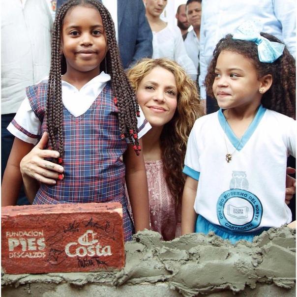 Шакира построит две школы в родной Колумбии
