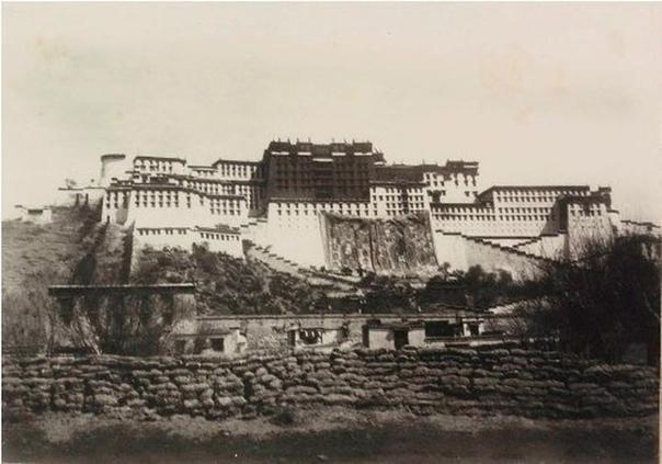 Это одна из первых фотографий Дворца Потала, расположенного в Лхасе. В то время иностранцам под страхом смерти был запрещен въезд в Тибет. Фотографическая съемка также каралась смертной казнью.
