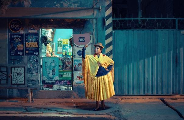 «Летающие чолиты» Фотограф Тодд Энтони для серии фотографий «Летающие чолиты» снял боливийских женщин, которые занимаются совершенно неженским делом борьбой. Они принадлежат к чолас, коренному
