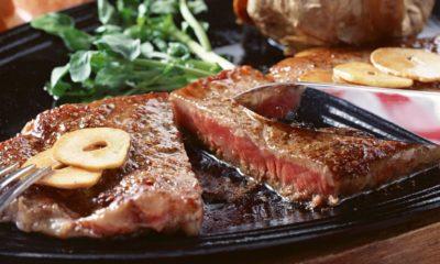 Пациентам с диагнозом подагра можно рекомендовать избегать употребления мяса с высоким содержанием жира и молочных продуктов, которые повышают уровень мочевой кислоты.